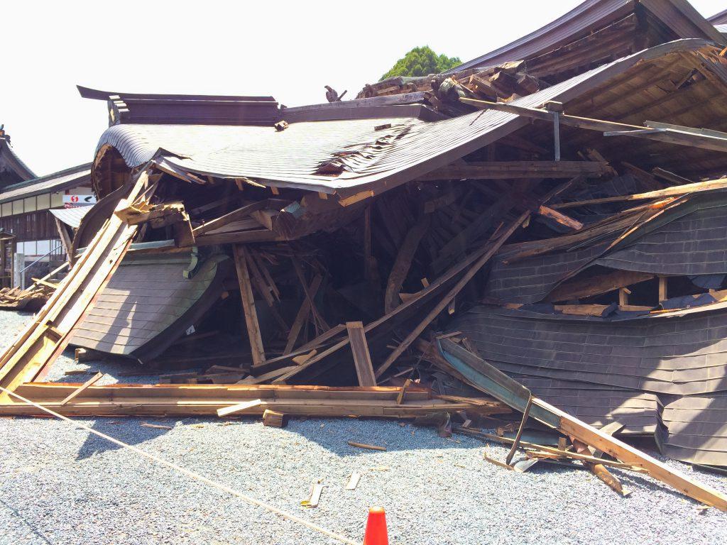 熊本地震、倒壊した、阿蘇神社、楼門、別角度