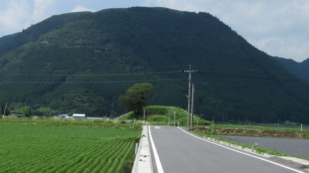 中通古墳群 車塚1号 遠景 場所:熊本県阿蘇市一の宮町中通