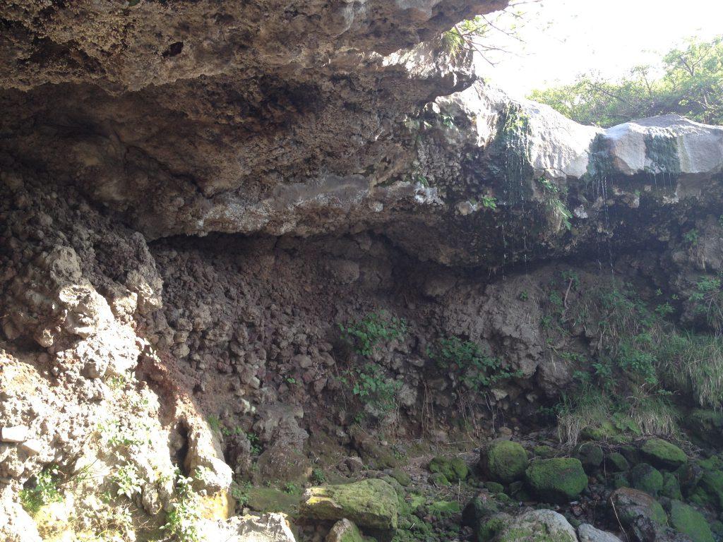 冬の仙酔峡で裏見滝となる窪み