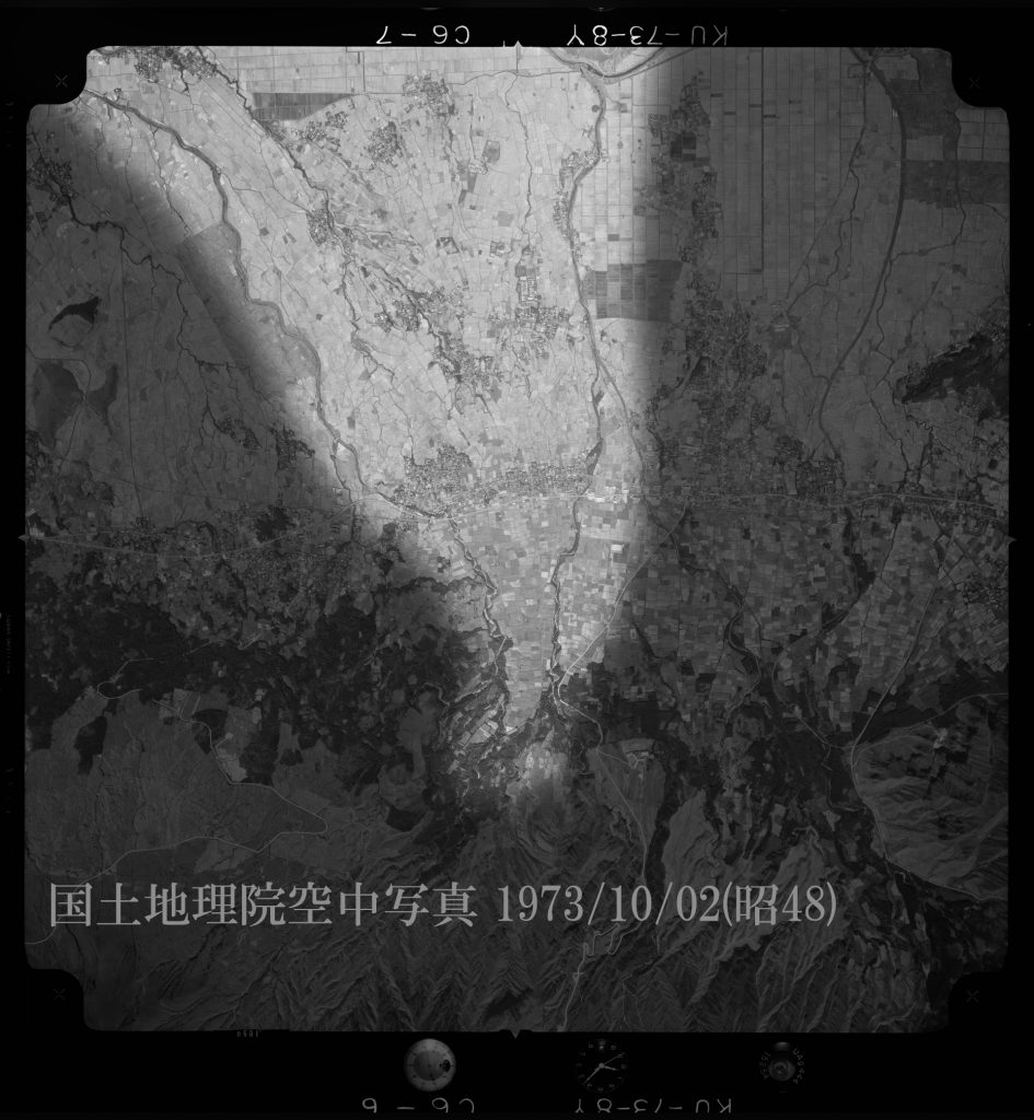 「扇状地地形」の「写真」阿蘇谷湧泉群ジオサイト「宮地・役犬原地区湧水群」
