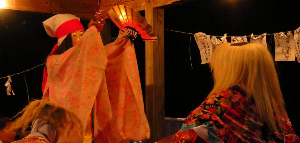 ねぎの神楽 八雲払い クシナダヒメ日本神話に登場する女神。『古事記』では櫛名田比売、『日本書紀』では奇稲田姫、座っているのはスサノオノミコトと翁と婆
