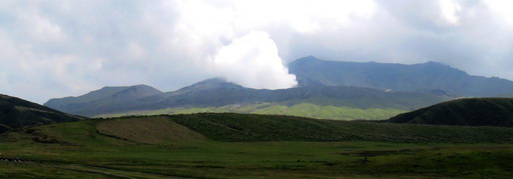 目指すはあのモクモク、阿蘇山の中岳第一火口