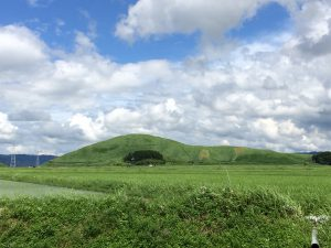 本塚、左に北塚、元塚の向こうに隠れて灰塚がある。