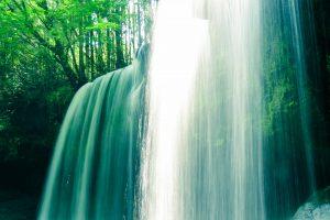 鍋ケ滝の右側から滝の裏に入れます。鍋ヶ滝4K写真