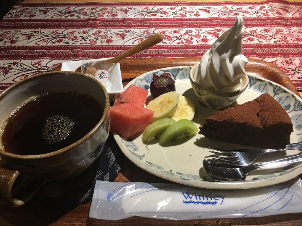 ケーキセット、チョコケーキ、阿蘇小国ジャージーソフトクリーム、フルーツなど