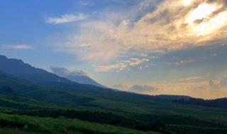 神々しい麓 阿蘇山が魅せる絶景 高岳 中岳 根子岳